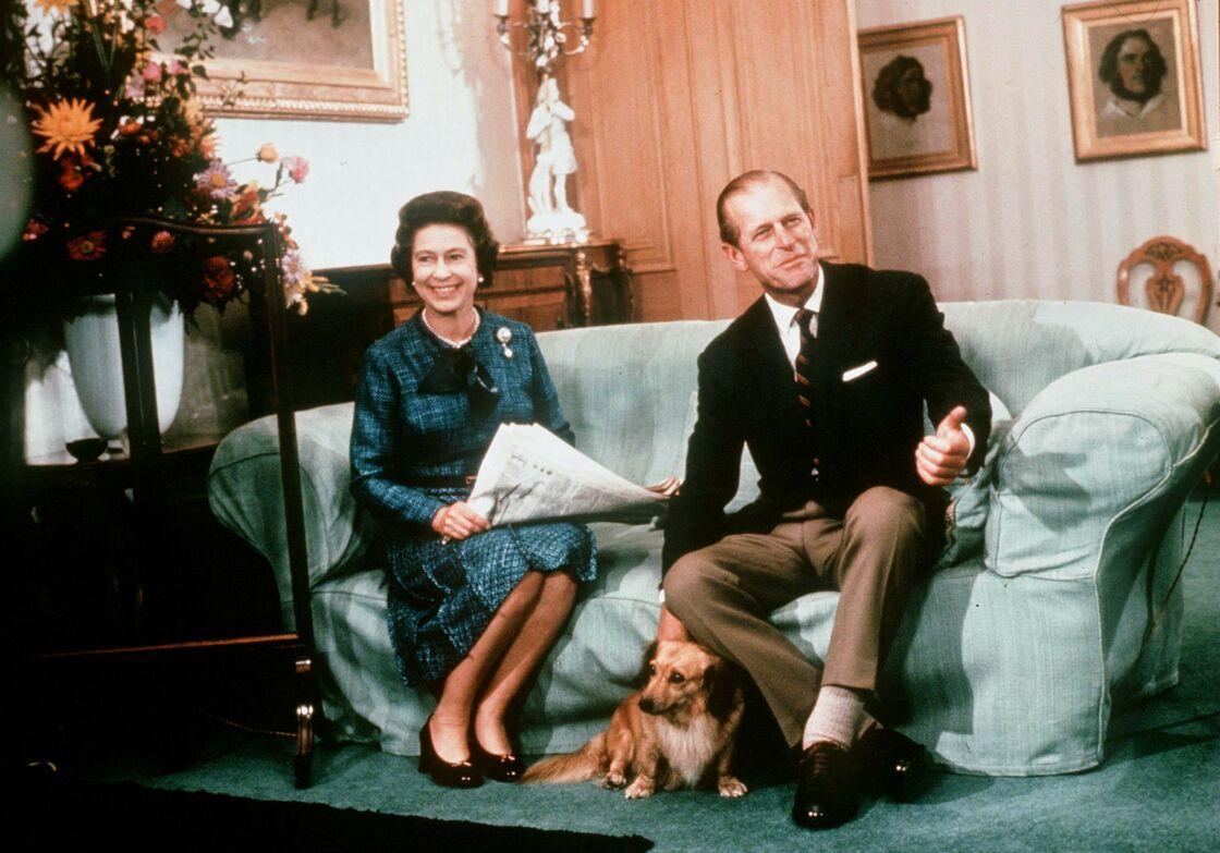 Elizabeth II et le prince Philip accompagnés de l'un de leurs Corgis, en 1975.