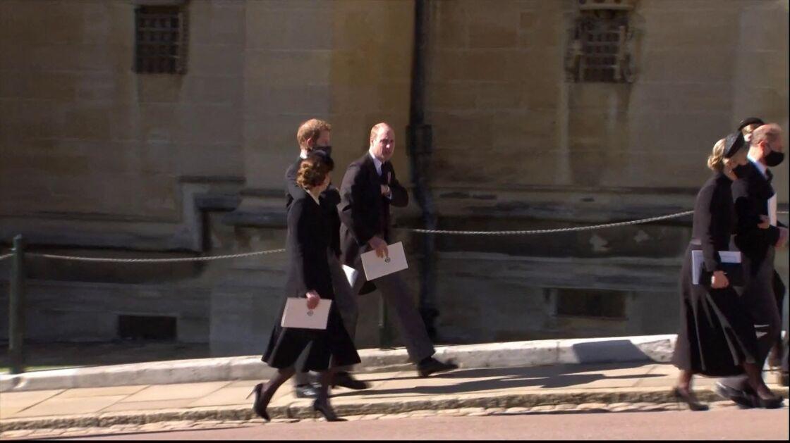 Kate Middleton, le prince William et le prince Harry à la sortie des funérailles du prince Philip, duc d'Edimbourg à la chapelle Saint-Georges du château de Windsor, Royaume Uni, le 17 avril 2021.