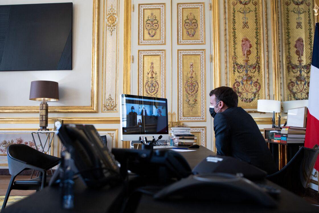 Emmanuel Macron s'entretient en vidéoconférence, avec le directeur, des enseignants et des enfants de l'école Itard, à Oraison, depuis l'Elysée, à Paris, le 6 avril 2021.