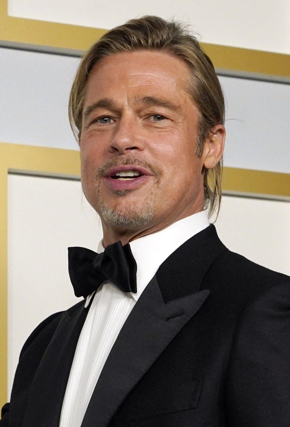 Brad Pitt renoue avec les cheveux longs et le chignon lors des Oscars 2021