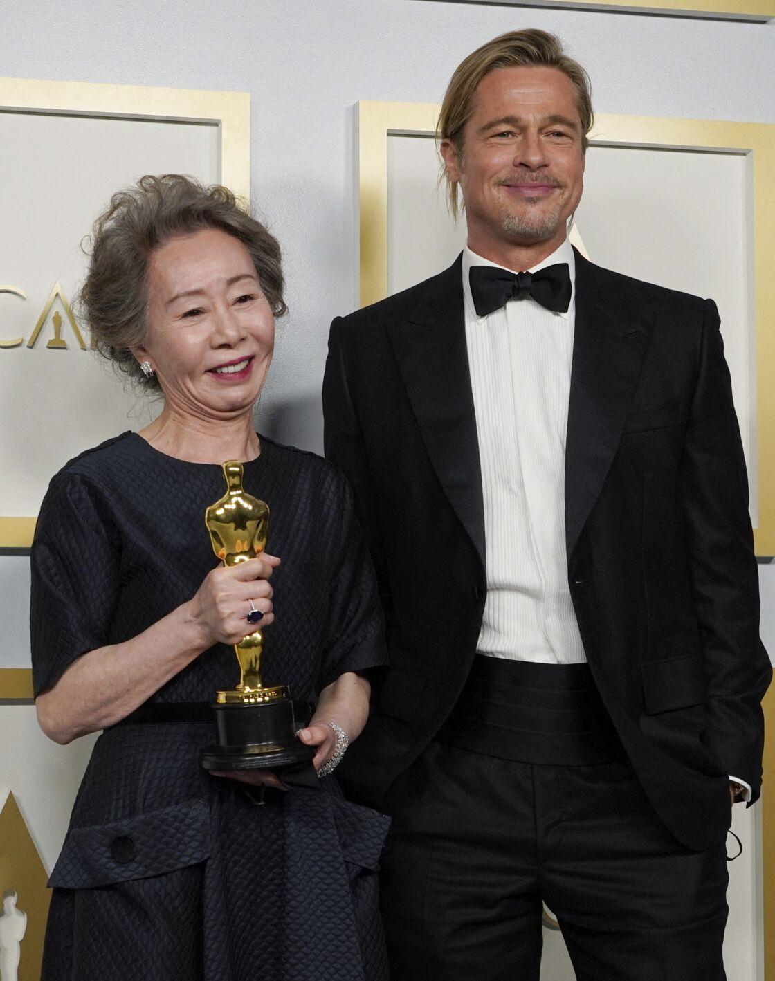 Brad Pitt mise lui aussi sur un chignon