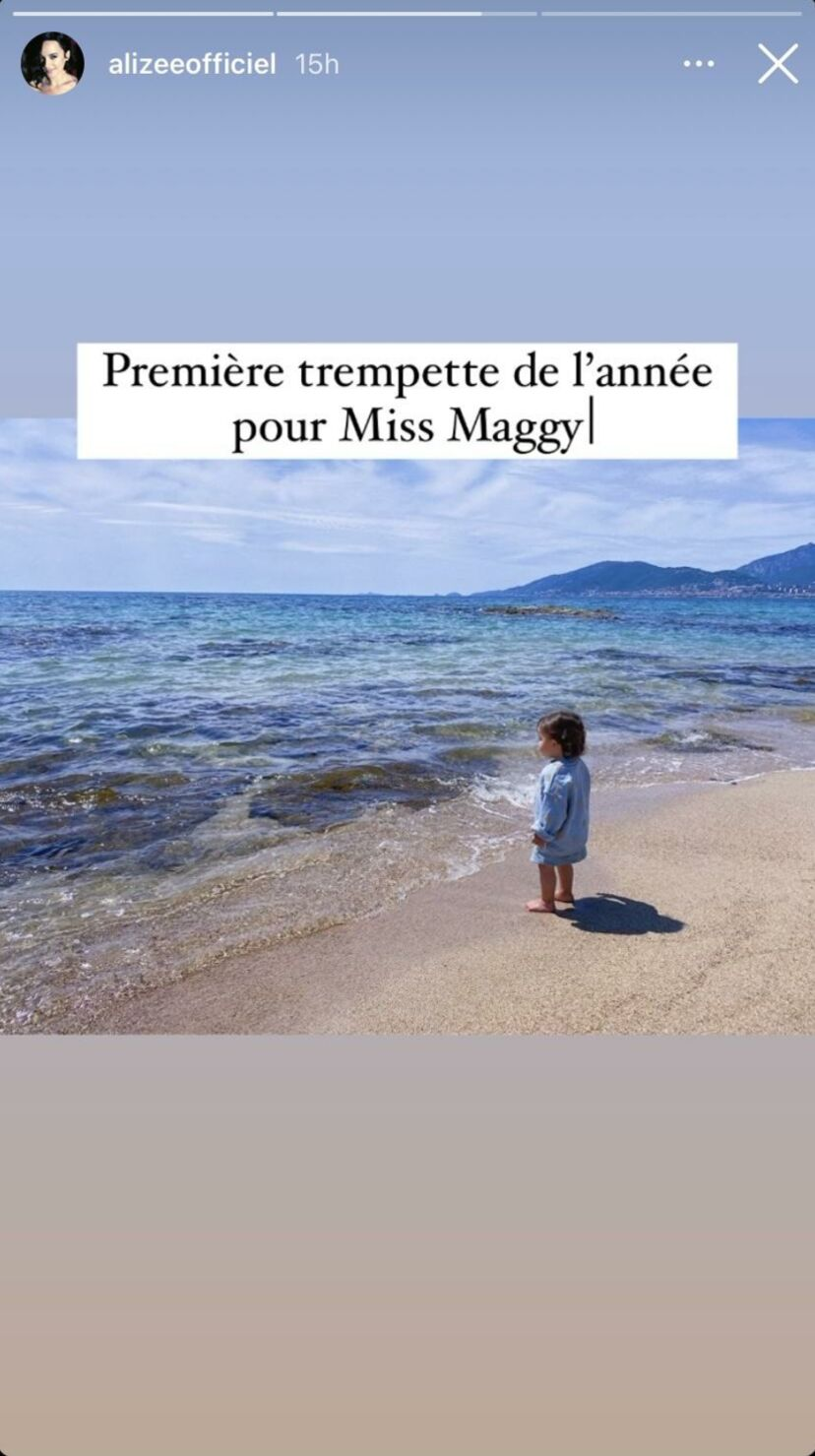Maggy, la fille d'Alizée et Grégoire Lyonnet à la plage, le 25 avril 2021