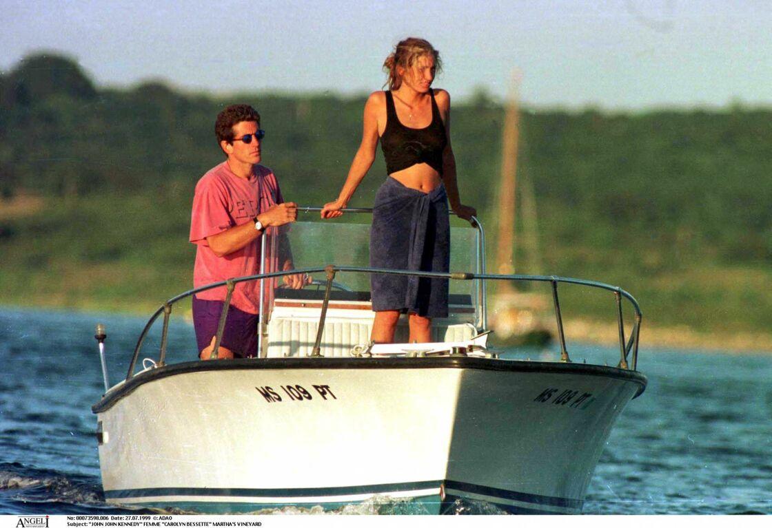 John-John et Carolyn Bessette au large de Martha's Vineyard au temps du bonheur
