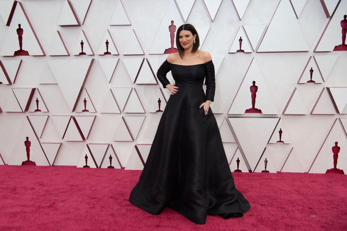 Laura Pausini, en robe Valentino, bijoux Chaumet et carré lisse lors des oscars 2021