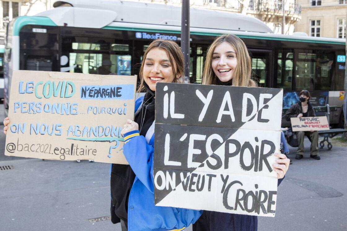 Giulia Le Ruyet-Marcassus et Vittoria de Savoie lors d'une manifestation de lycéens scolarisés dans des établissements privés et hors contrat à Paris, le 23 mars 2021.