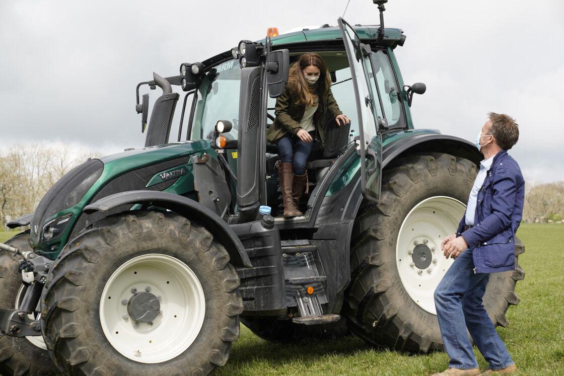 La duchesse de Cambridge est montée à bord d'un tracteur, lors de leur visite dans une ferme à Durham, le 27 avril 2021