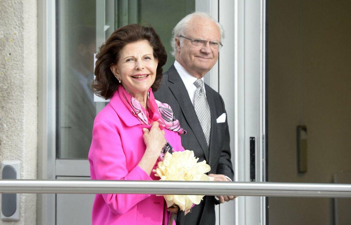 Le roi Carl Gustav et la reine Silvia de Suède, le jour où ils ont rendu visite à leur fille, la princesse Madeleine, à la maternité de l'hôpital Danderyd, à Stockholm, le 15 juin 2015.