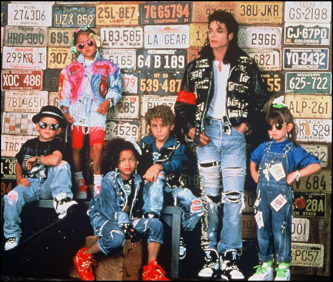 Michael Jackson et Wade Robson (à sa droite).