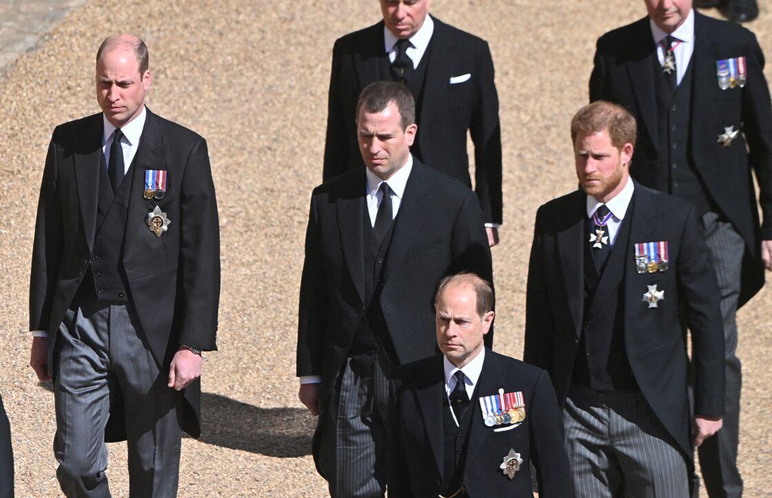 Le prince William et le prince Harry ont été séparés par leur cousin Peter Phillips lors du cortège funéraire du prince Philip, le 17 avril 2021