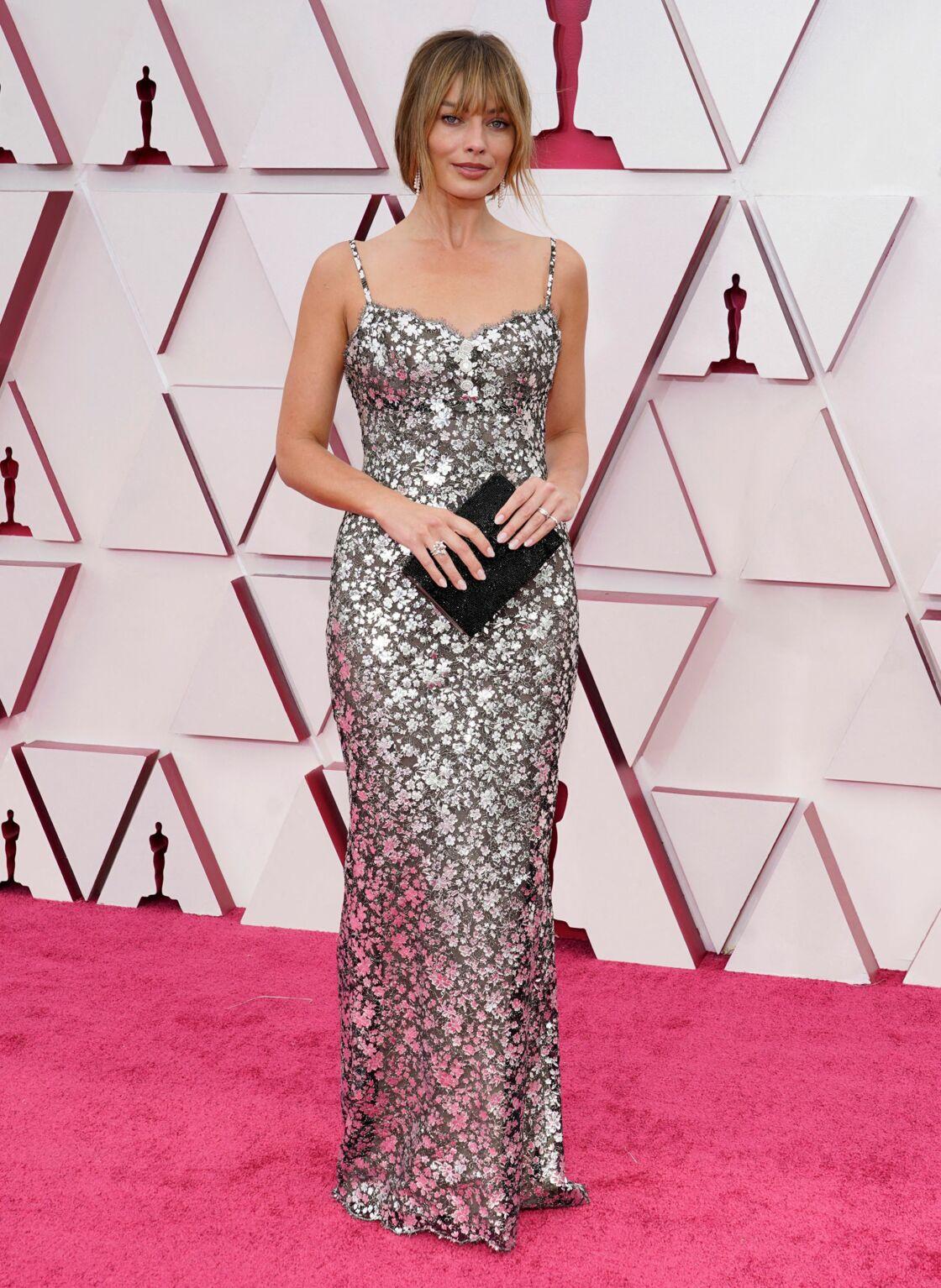 Margot Robbie éblouissait le 25 avril dernier le tapis rouge des Oscars dans une robe brodée Chanel.