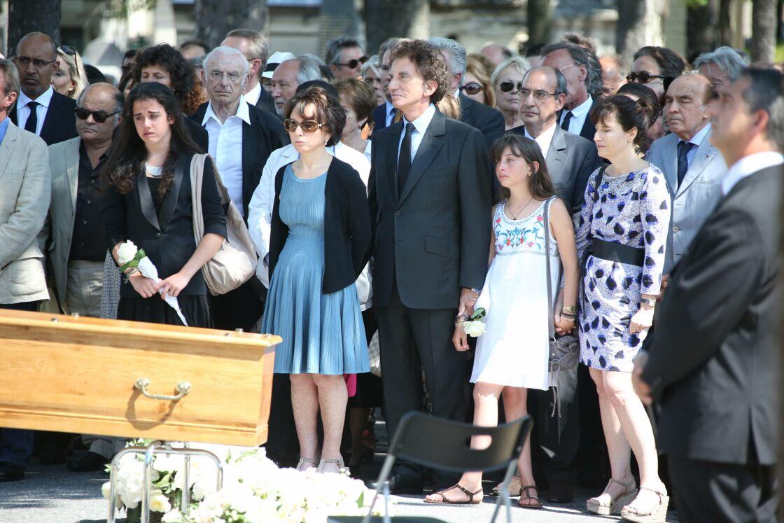 Jack et Monique Lang, entourés de leur fille Caroline, aux obsèques de leur fille Valérie Lang, au cimetière du Père Lachaise, à Paris, le 25 juillet 2013.
