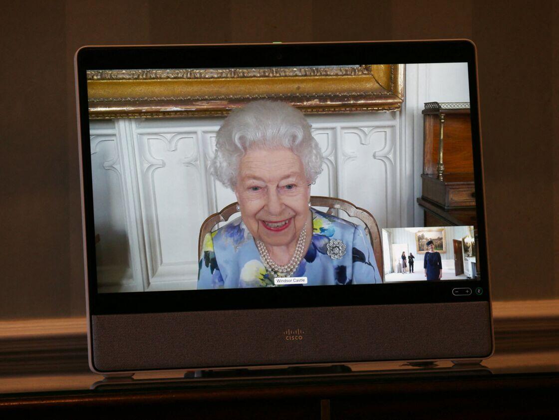 La reine Elizabeth II apparaît sur un écran lors d'une visioconférence, en direct du château de Windsor, avec Son Excellence Ivita Burmistre, l'ambassadrice de Lettonie, le 27 avril 2021..