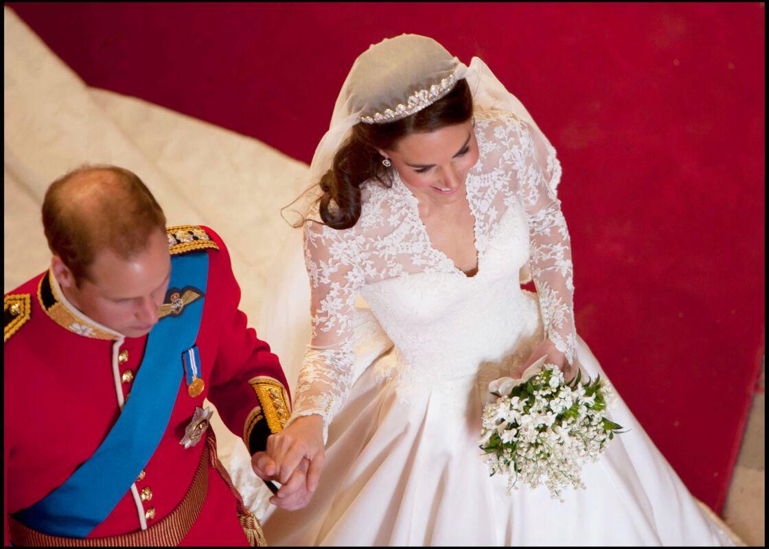 Une robe de mariée dont la jupe s'épanouit comme une fleur qui s'ouvre... grâce à un jeu subtil de double jupons.