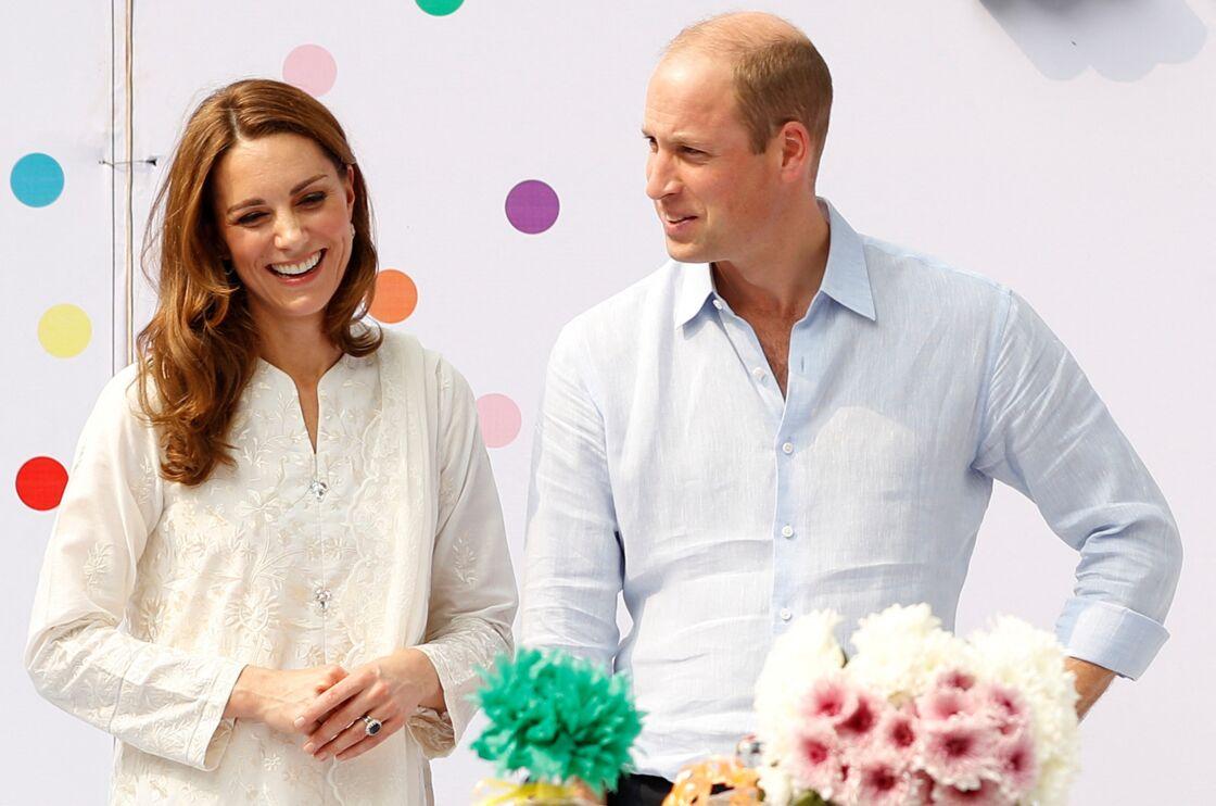 Kate Middleton et le prince William lors de la visite d'une école au Pakistan, en octobre 2019.