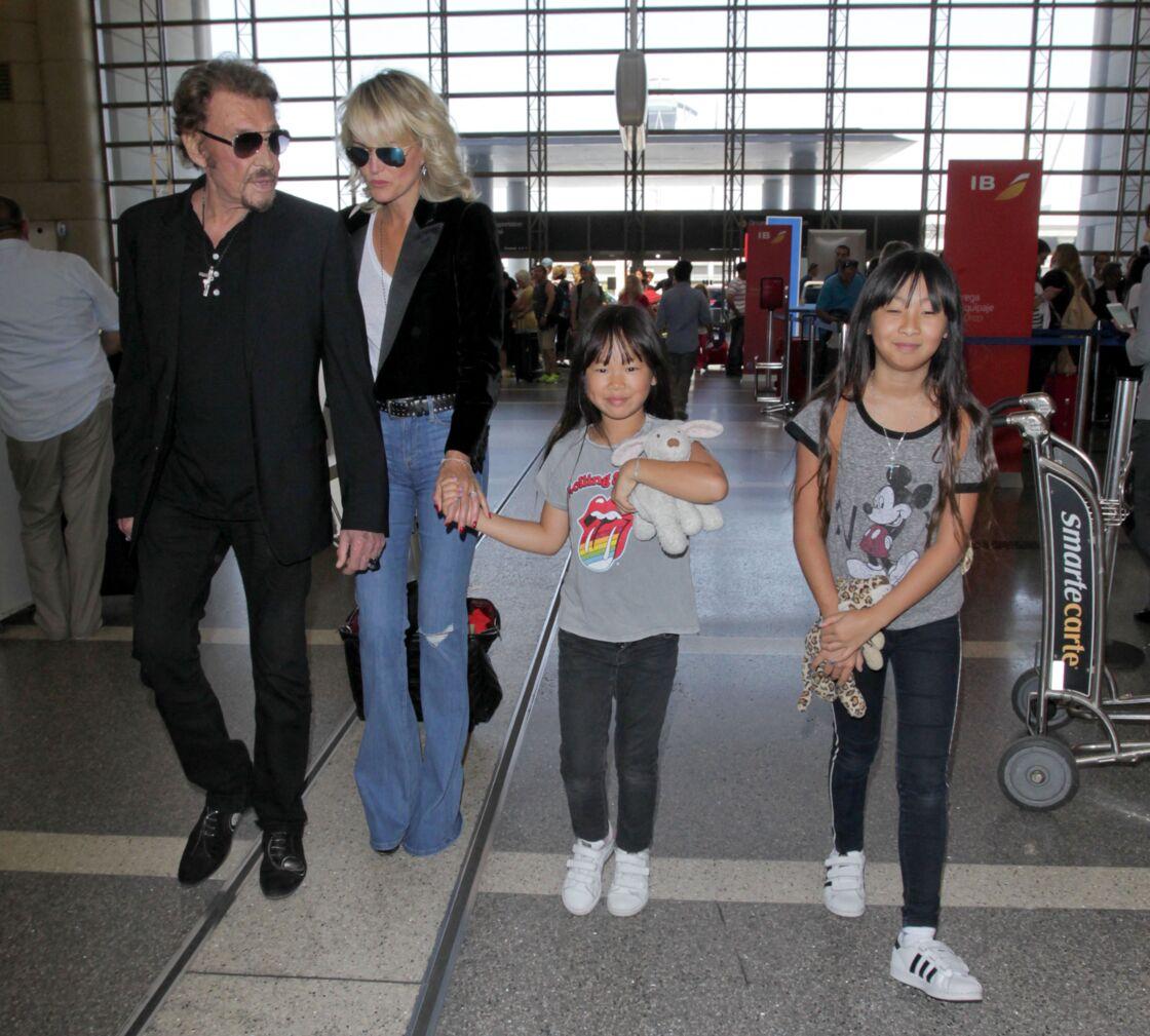 Johnny et Laeticia Hallyday arrivant avec leurs filles Jade et Joy à l'aéroport de Los Angeles le 25 juin 2016