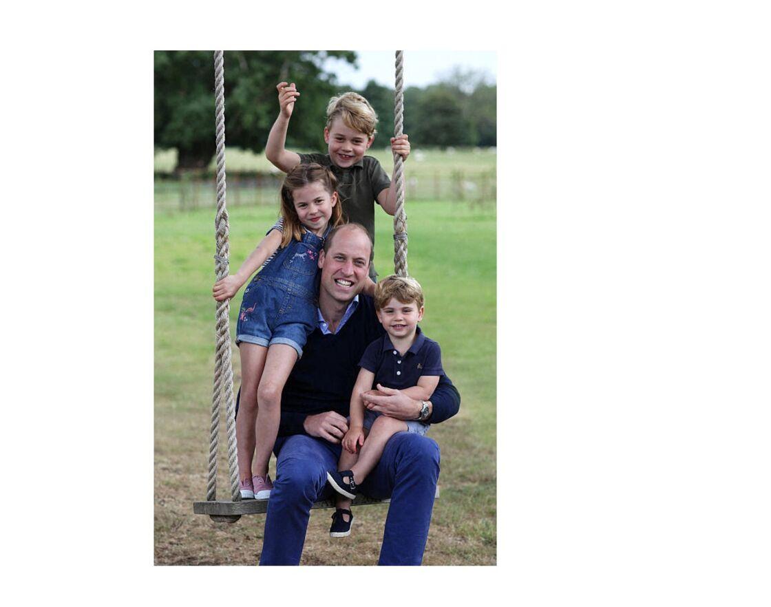 La princesse Charlotte prend la pose, avec son papa le prince William et ses frères, le prince George, et le prince Louis