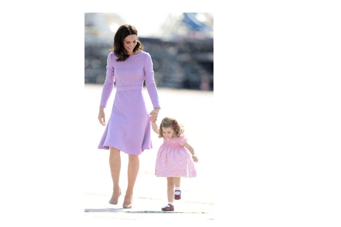 une ravissante robe à smoks lors d'un voyage officiel avec sa maman kate Middleton, duchesse de Cambridge.