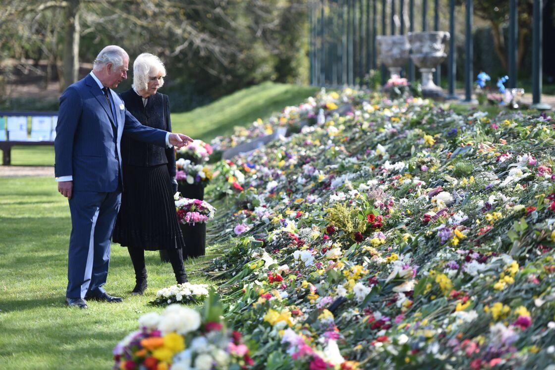 Le prince Charles, prince de Galles et la duchesse de Cornouailles Camila Parker-Bowles passent en revue les hommages au prince Philip