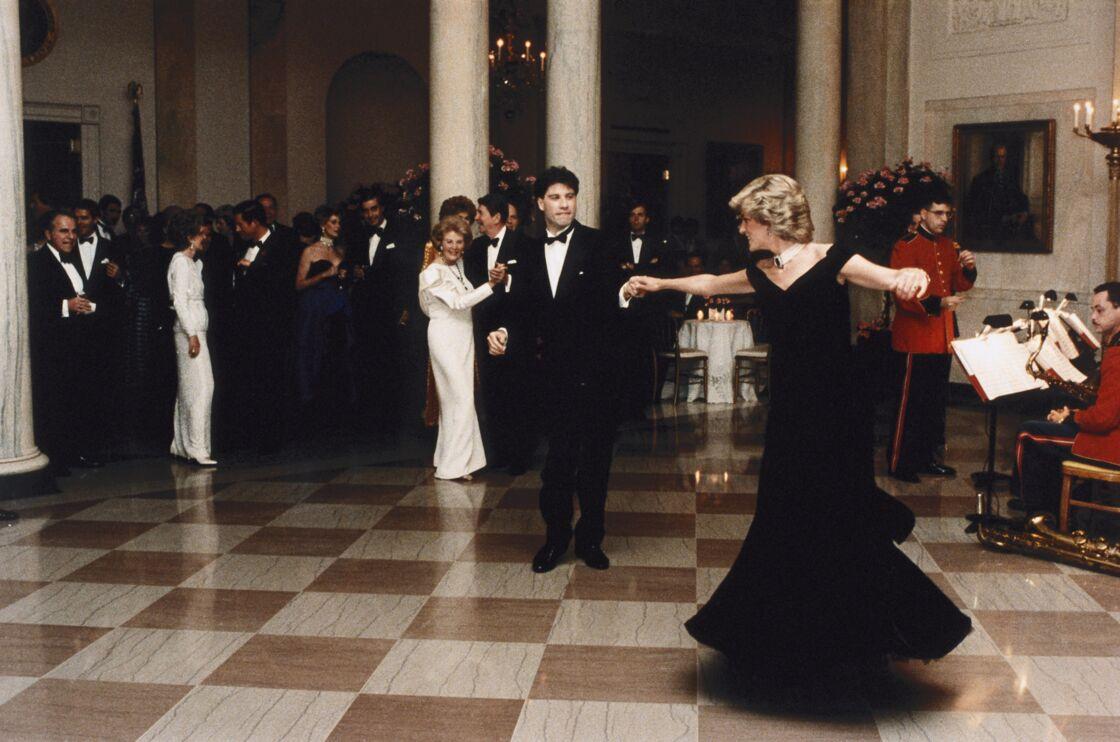 John Travolta fait virevolter la princesse Diana sur la piste de danse, lors d'un banquet à la Maison Blanche, à Washington, en novembre 1985.