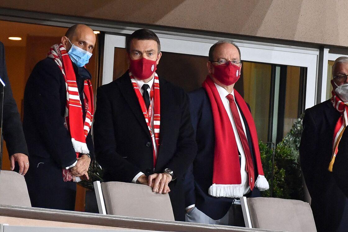 Le prince Albert II de Monaco, au côté d'Oleg Petrov, lors du match de football opposant l'AS Monaco à l'Olympique Lyonnais, au stade Louis II, à Monaco, le 2 mai 2021.