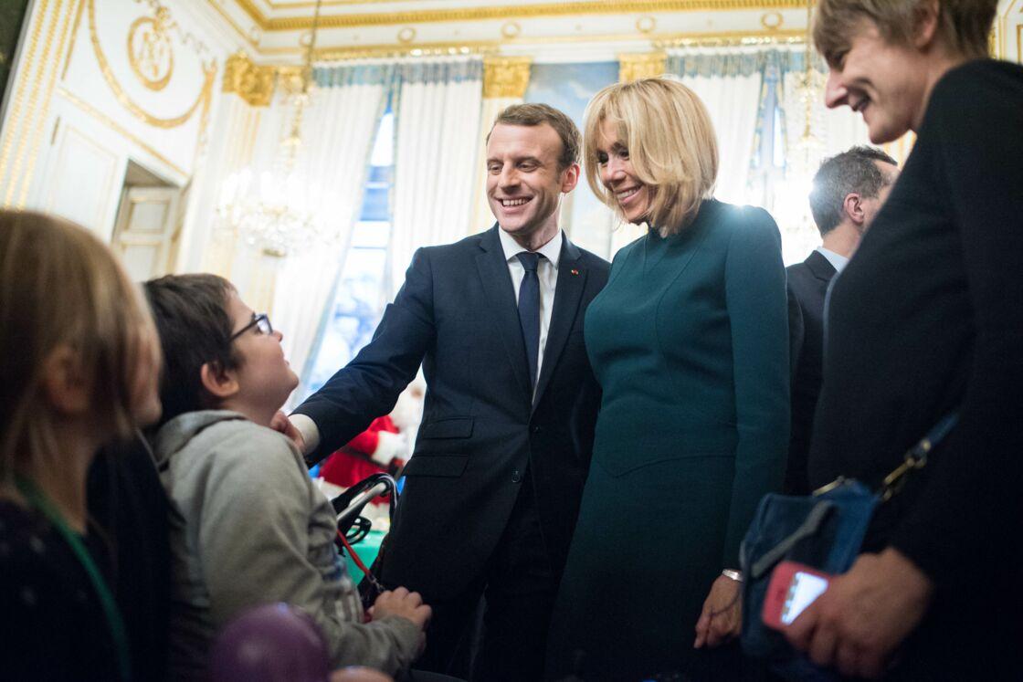 Le président Emmanuel Macron et sa femme Brigitte lors de l'arbre de Noël de l'Elysée à Paris le 13 décembre 2017