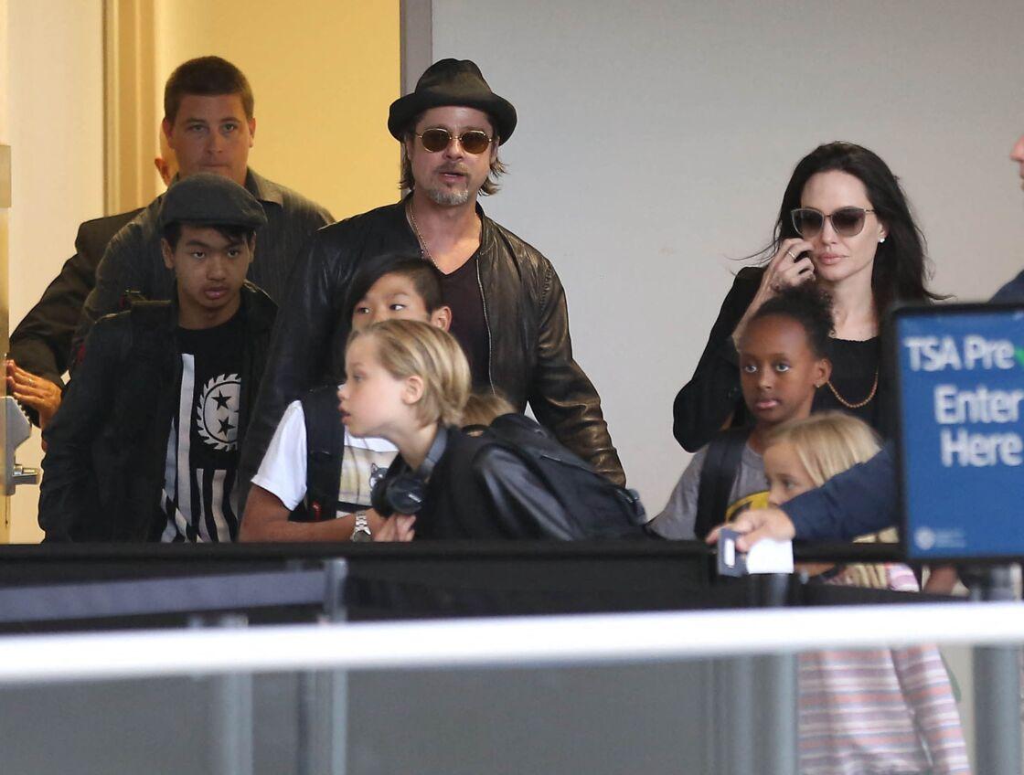 Brad Pitt, Angelina Jolie et leurs enfants Maddox, Pax, Zahara, Shiloh, Vivienne et Knox prennent l'avion à l'aéroport de Los Angeles, le 6 juin 2015.