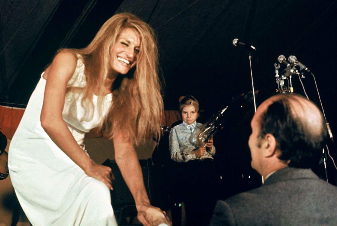 Francois Mitterrand félicite Dalida après son concert au Château Chinon, en 1972