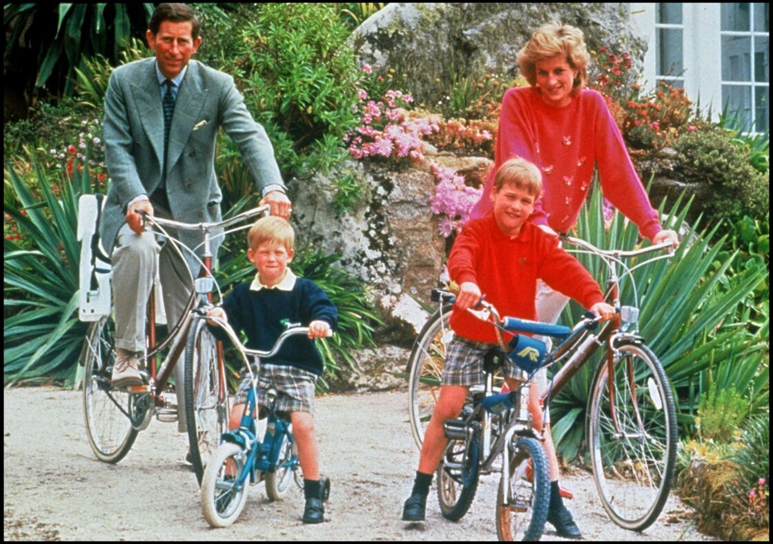 La princesse Diana, le prince Charles, William et Harry à bicyclette le 5 juin 1989 aux Îles Scilly