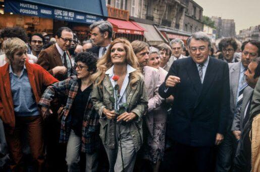 La chanteuse Dalida et Pierre Mauroy rue Lepic pendant la campagne des élections législatives, en 1981