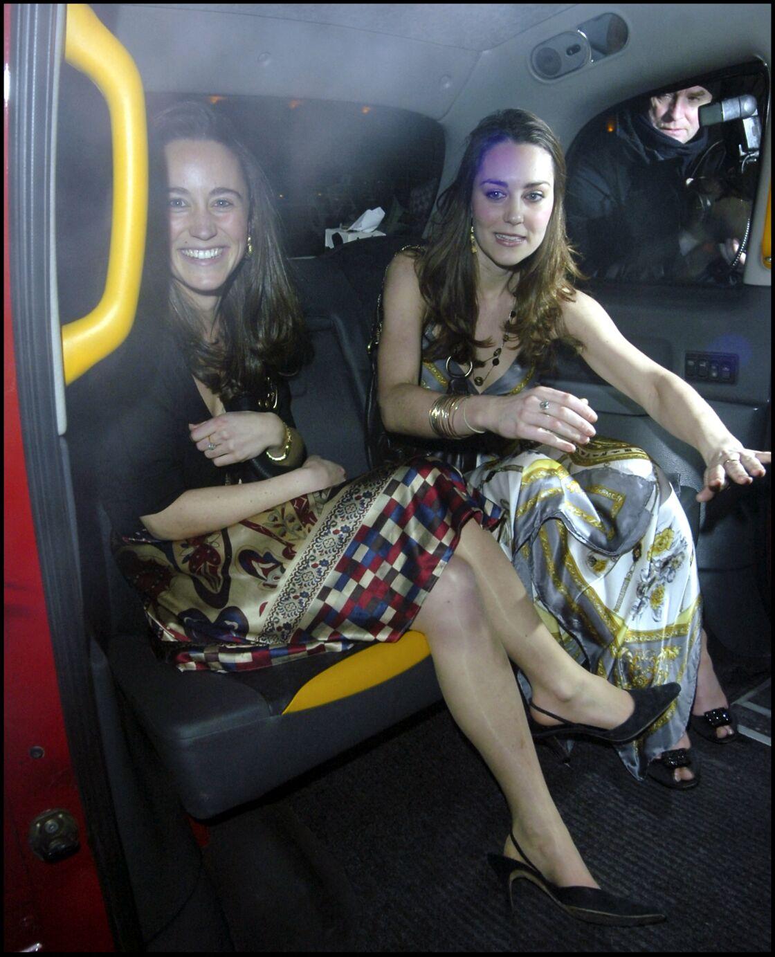 Kate Middleton et sa soeur Pippa Middleton alors qu'elle vient de passer une soirée au Mahiki Club, à Londres, avec le prince William, en 2007