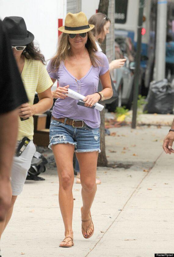 L'actrice Jennifer Aniston arbore fièrement les sandales venues de Saint-Tropez à l'heure de l'été.