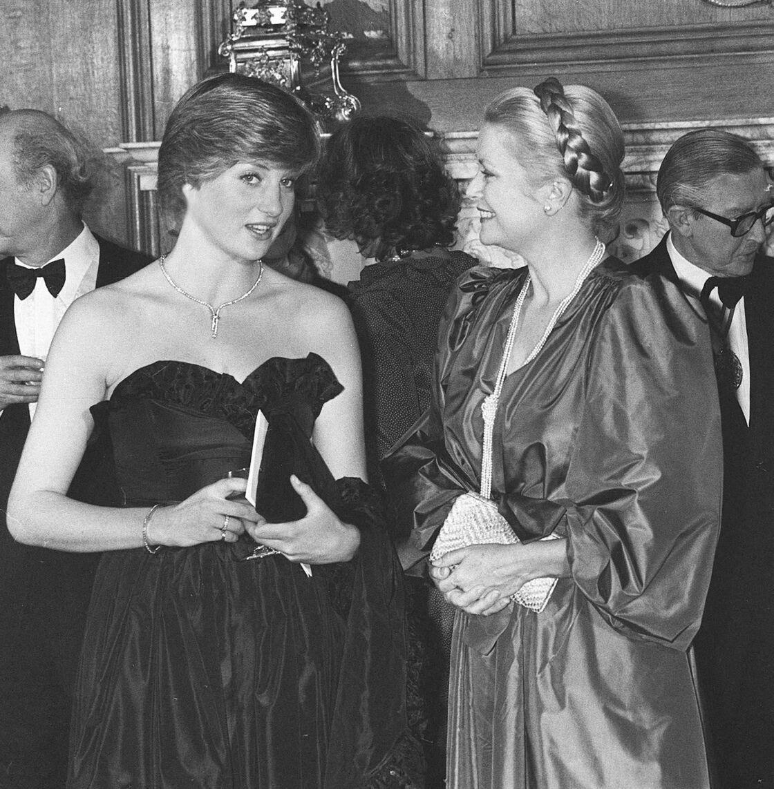 Diana et Grace Kelly en plein échange, à Londres, en 1981. Une complicité qui saute aux yeux.