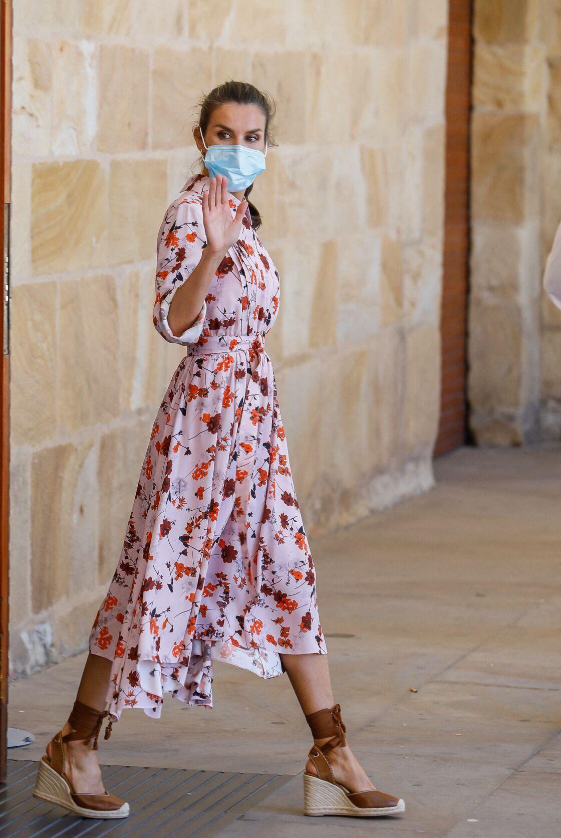 Letizia d'Espagne et sa robe fleurie Hugo Boss, qu'elle porte souvent.