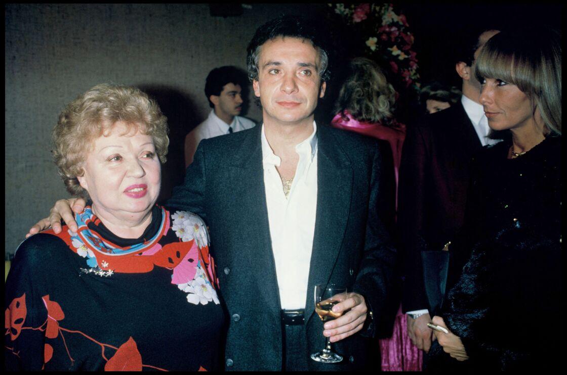 Michel Sardou au côté de sa mère Jackie, le soir de son concert au palais des Congrès, à Paris, en 1988.