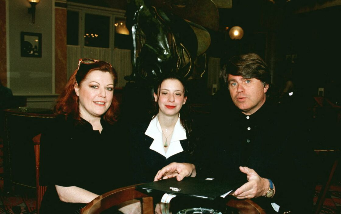 Anne et Aurore Drossart, en compagnie de leur avocat Gilbert Collard, au Lutécia, à Paris, en 1997