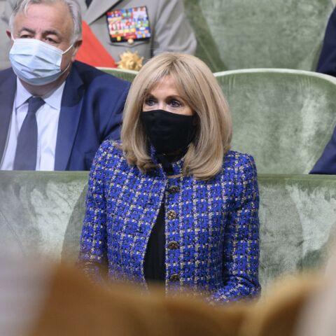 PHOTOS – Brigitte Macron se démarque en long manteau en tweed bleu et sac à main chic
