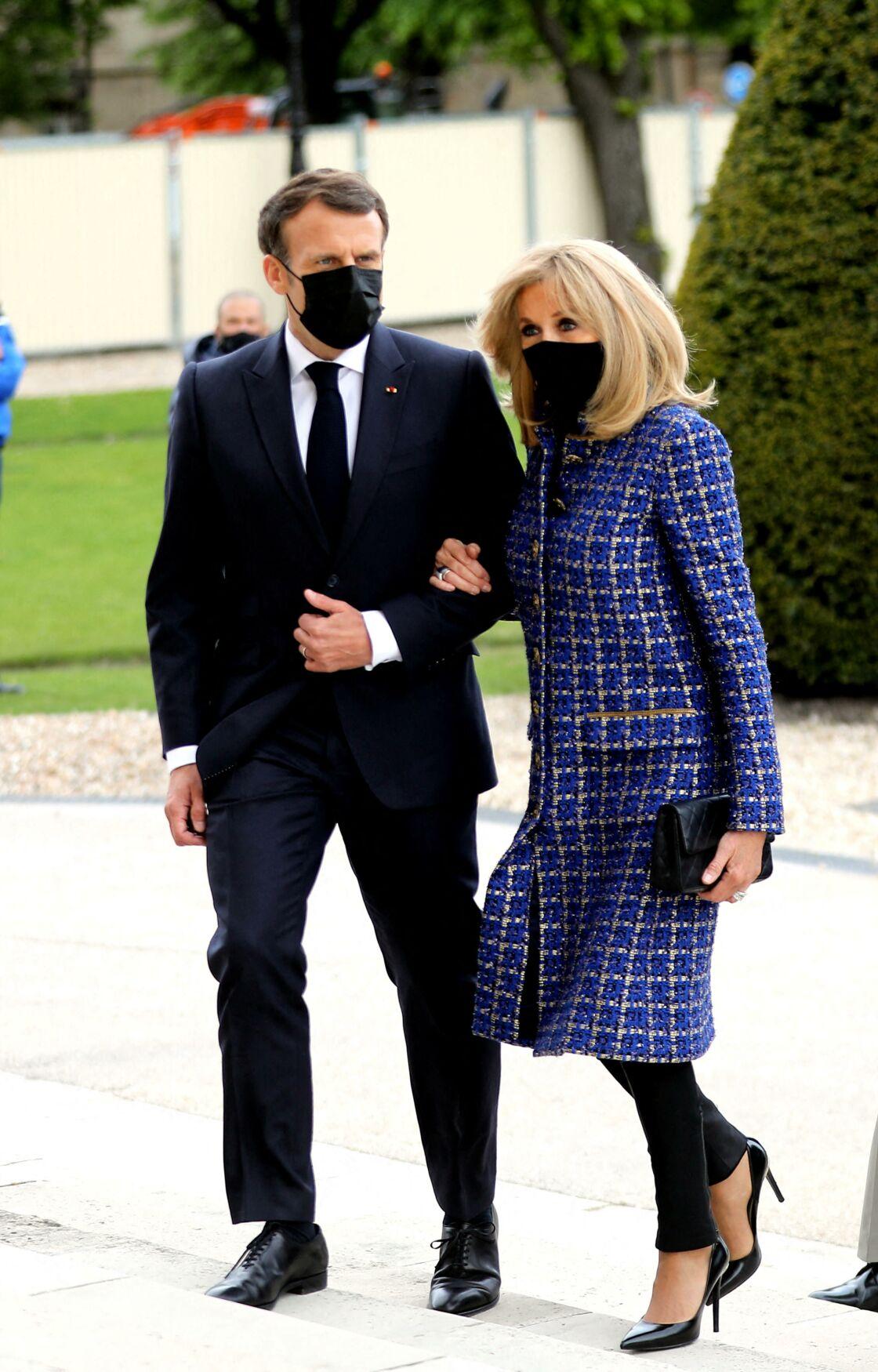 Brigitte Macron en look très sobre au Panthéon pour les 200 ans de la mort de Napoléon.