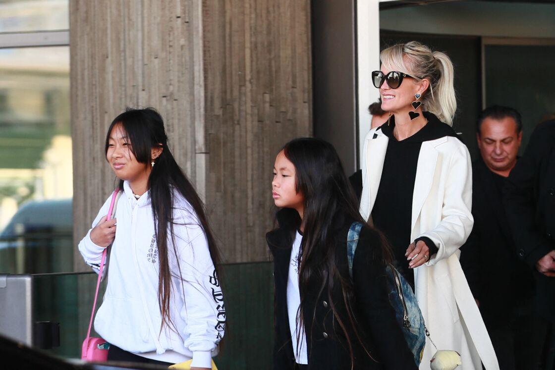 Laeticia Hallyday, ses filles Jade et Joy - Laeticia Hallyday arrive en famille avec ses filles et sa mère à l'aéroport Roissy CDG le 19 novembre 2019.