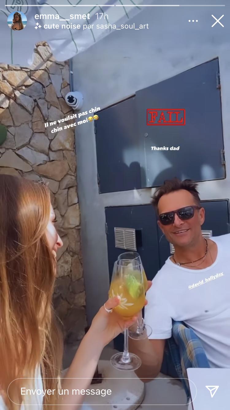 Emma Smet s'amuse à faire croire à son père David Hallyday qu'elle le prend en photo, alors qu'il s'agit d'une vidéo. Un moment de complicité durant leurs vacances au Portugal.
