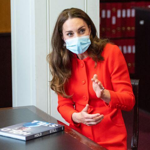 PHOTOS – Kate Middleton très chic: elle craque pour le sac à main fétiche de Meghan Markle