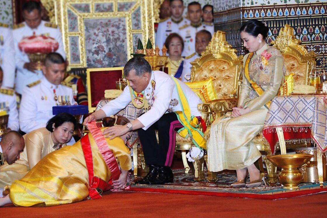 La reine Suthida, à droite, avec Rama X, quelques jours après son couronnement, le 6 mai 2019, à Bangkok.