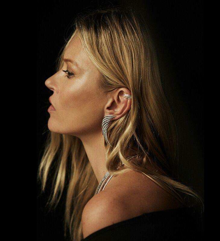 Kate porte les boucles d'oreilles, le collier et l'anneau de la collection Spirited Win. Muse et cocréatrice, elle a insufflé son univers rock, bohème et sexy aux créations.