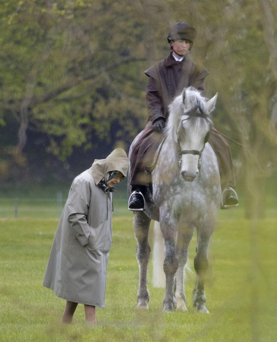 La reine Elizabeth sur le terrain du château de Windsor le 30 avril 2021