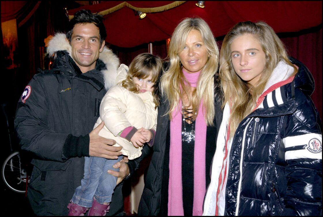 Filip Nikolis aux côtés de sa compagne, Valérie, et de ses deux filles, Sasha et Tanelle, lors d'une soirée caritative en 2007.