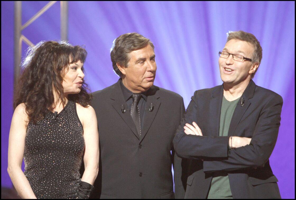 Isabelle Mergault, Jean-Pierre Foucault et Laurent Ruquier lors d'une émission spécial people de Qui veut gagner des millions, en 2008.
