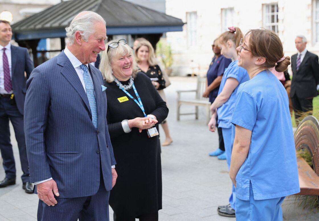 Le prince Charles à la rencontre du personnel soignant