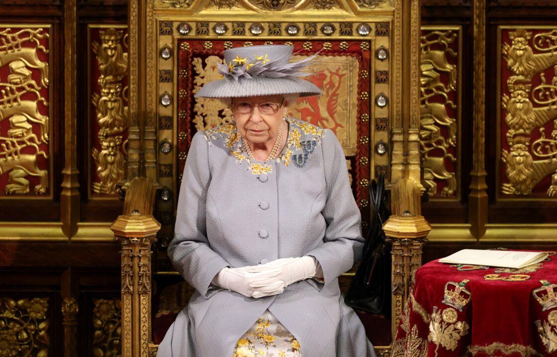 Elizabeth II porte sa paire de broche fétiche, offerte par ses parents pour ses 18 ans