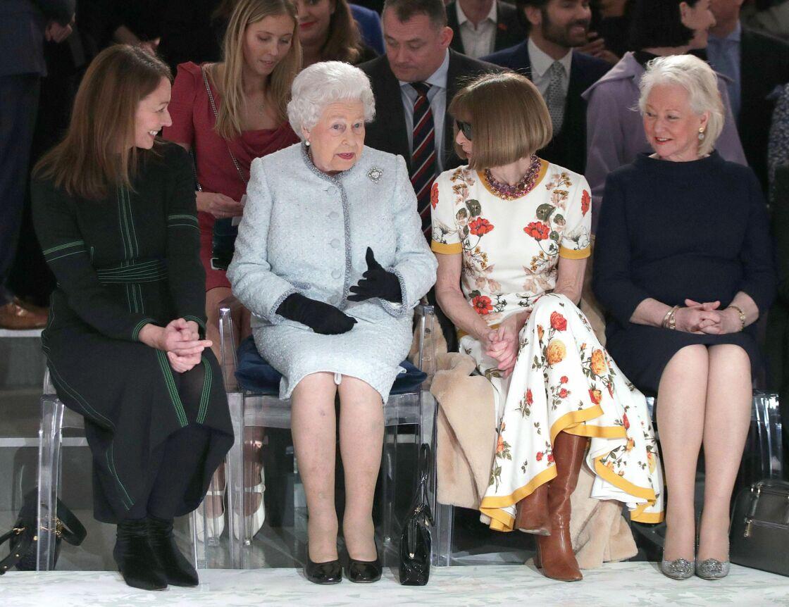 La reine Elizabeth II entourée de Caroline Rush, Anna Wintour et Angela Kelly (à droite) en février 2018 à Londres.