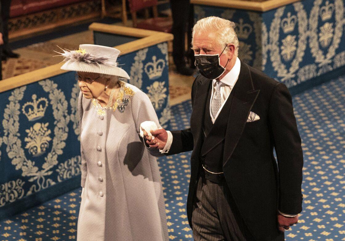 La reine Elizabeth II, accompagnée du prince Charles, lors de son discours d'ouverture de la session parlementaire à la Chambre des Lords, au palais de Westminster, à Londres, le 11 mai 2021.