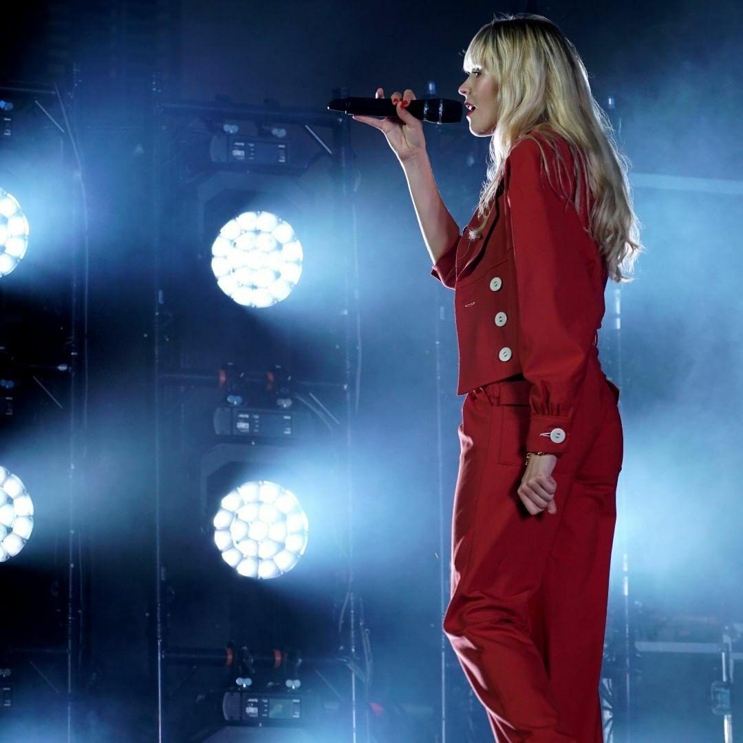 La chanteuse Angèle porte l'uniforme Salut Beauté lors de ses concerts